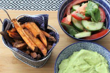 Zoete aardappelfrietjes met avocado-basilicum mayonaise